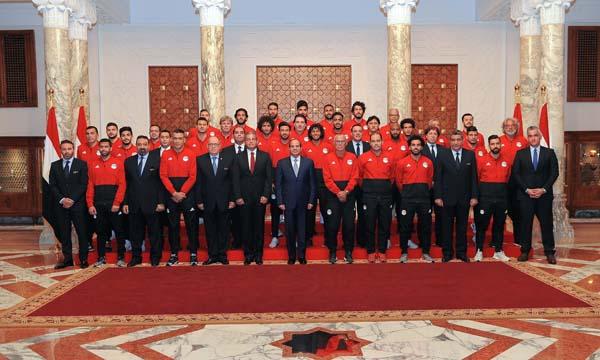 الرئيس السيسي يلتقي بعثة المنتخب ويطمئن على صلاح