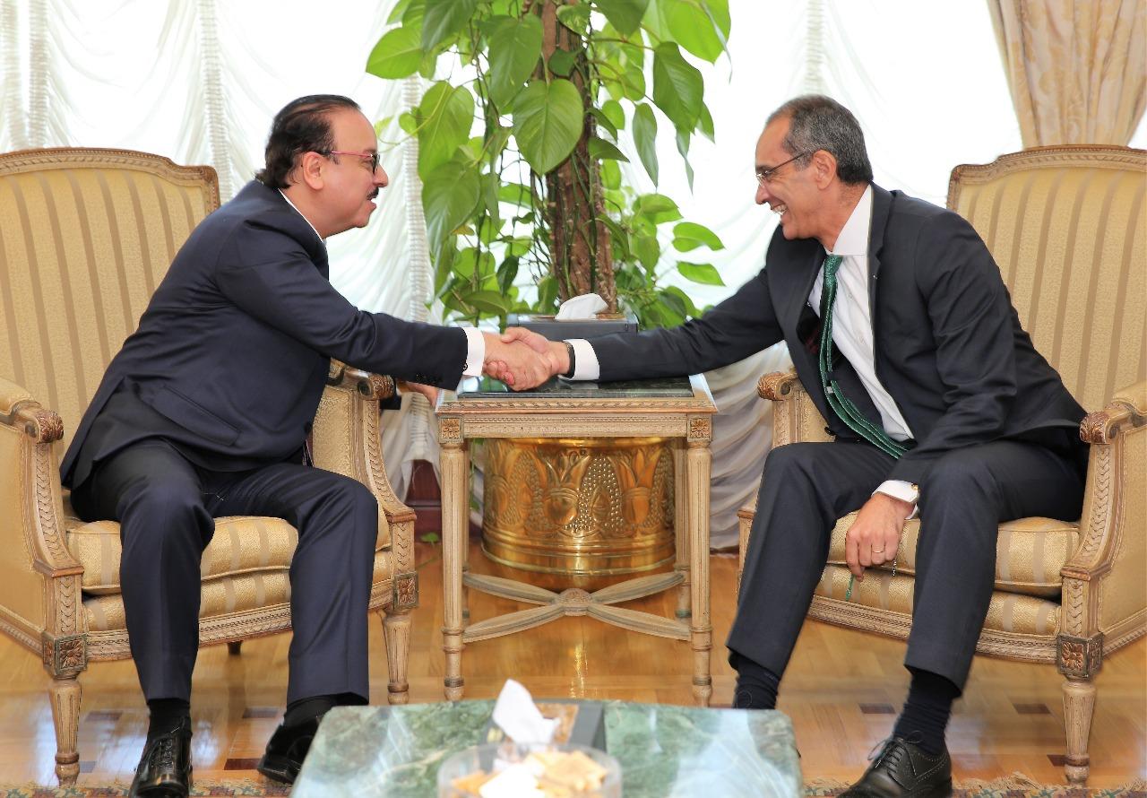 عمرو طلعت وزير الاتصالات وتكنولوجيا المعلومات يلتقي المهندس ياسر القاضي وزير الاتصالات السابق