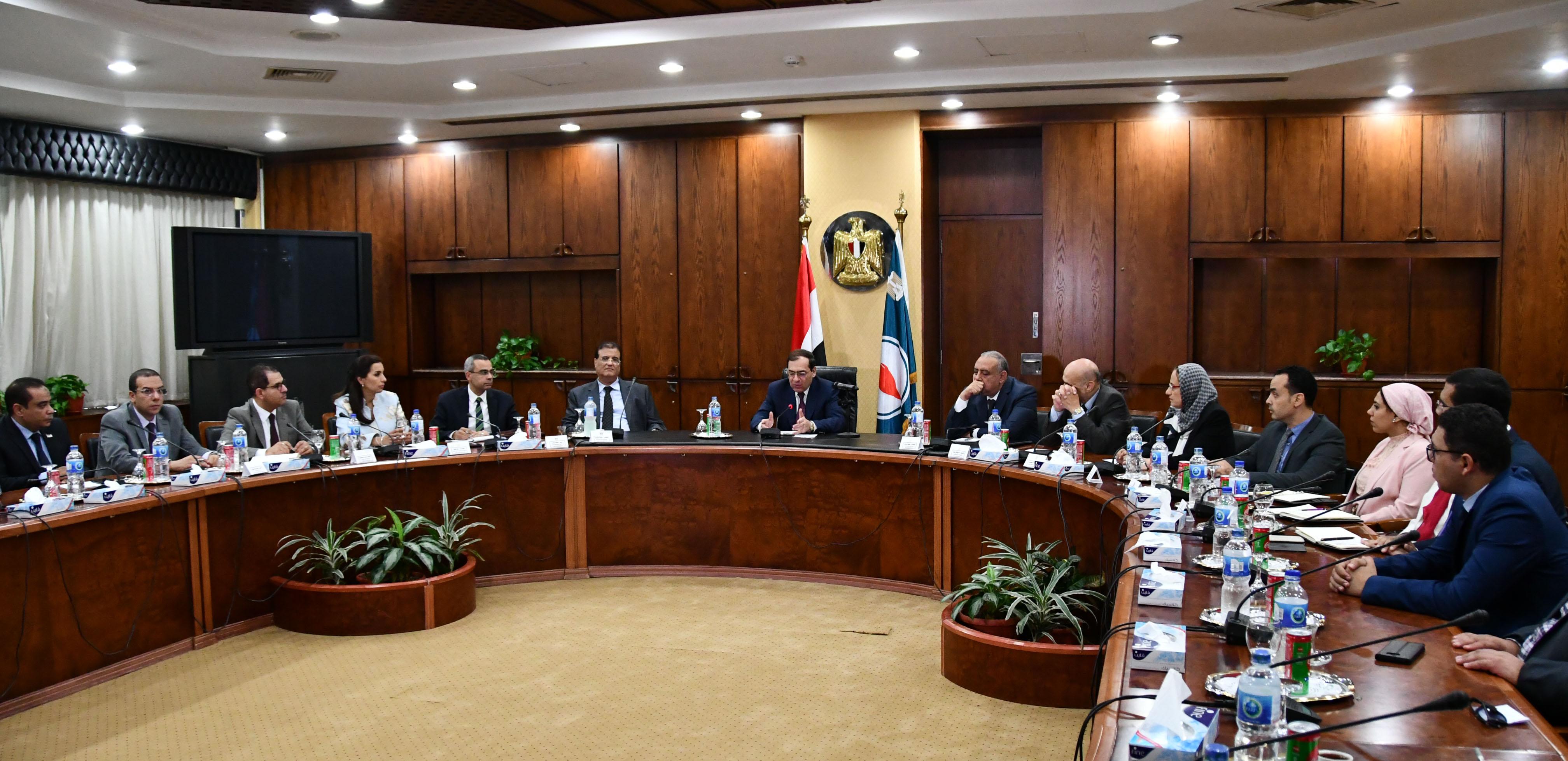 وزير البترول يلتقي عددًا من خريجي البرنامج الرئاسي لتأهيل الشباب