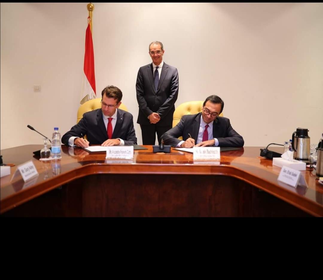 وزير الاتصالات يشهد مراسم توقيع صفقة استحواذ فودافون العالمية على فودافون مصر للخدمات الدولية باستثمارات مليار جنيه في مجال التعهيد
