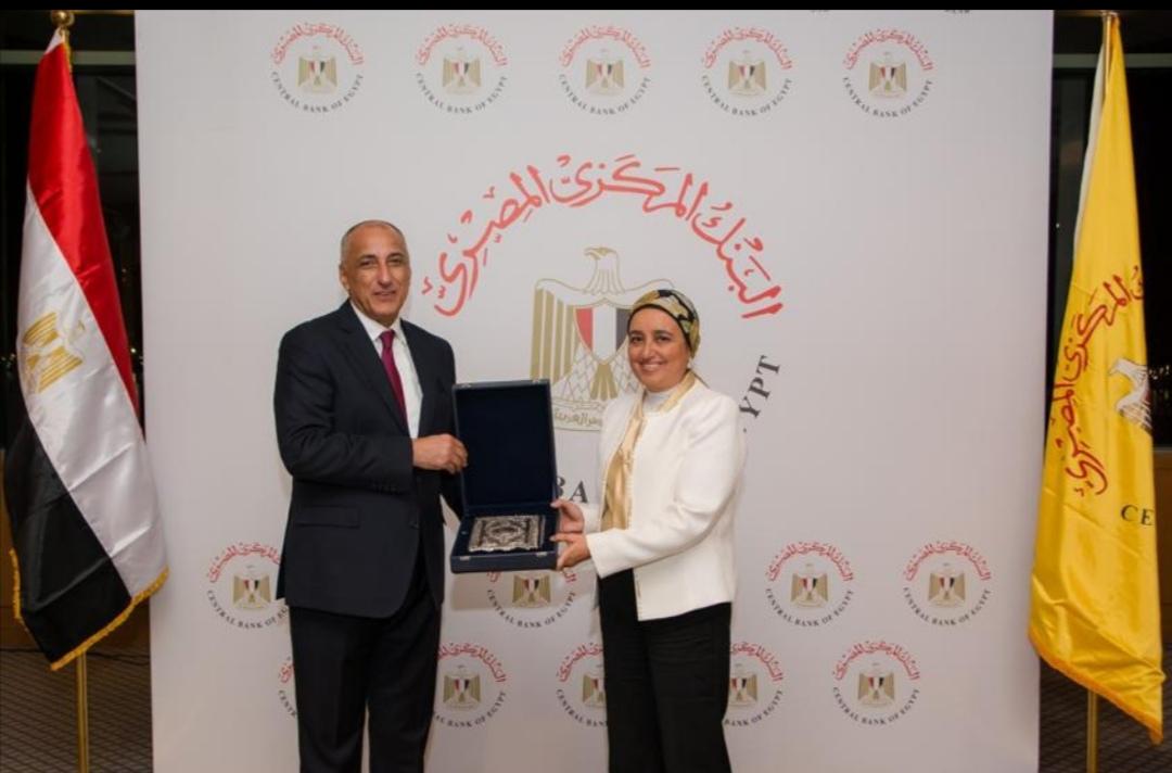 طارق عامر  يكرم نائب المحافظ لبنى هلال