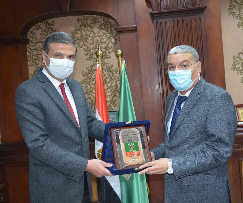 رئيس البنك الزراعي المصري يبحث تعزيز التعاون في مشروعات التنمية الزراعية والمجتمعية مع محافظ المنيا ويجتمع بالمستثمرين وأصحاب المشروعات بالمحافظة