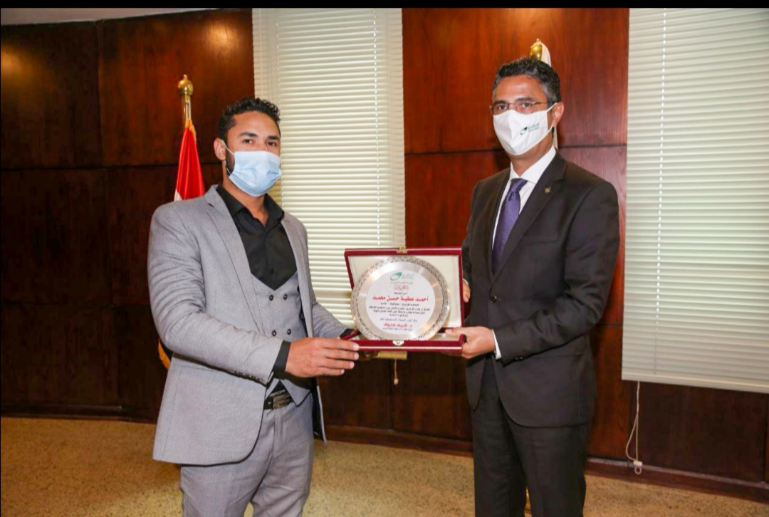 الدكتور شريف فاروق يكرم مندوب خدمات البريد على أمانته وتفانيه في العمل