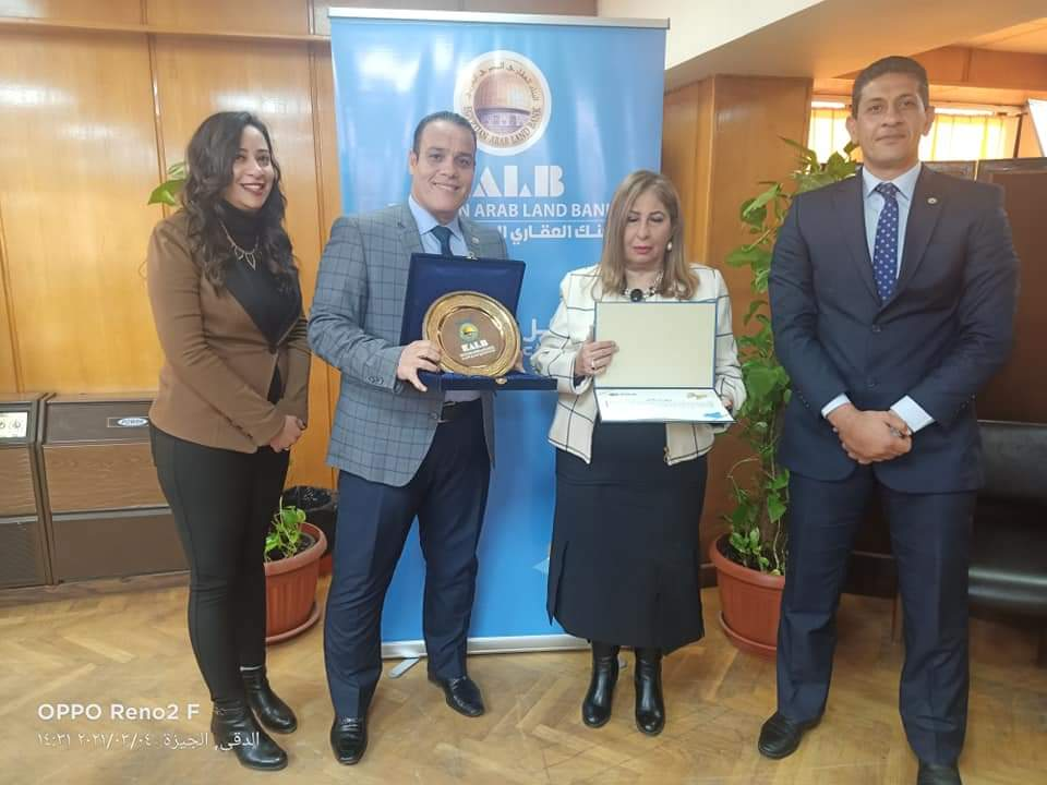 تكريم هناء الهلالي بنهاية خدماتها بالبنك العقاري المصري