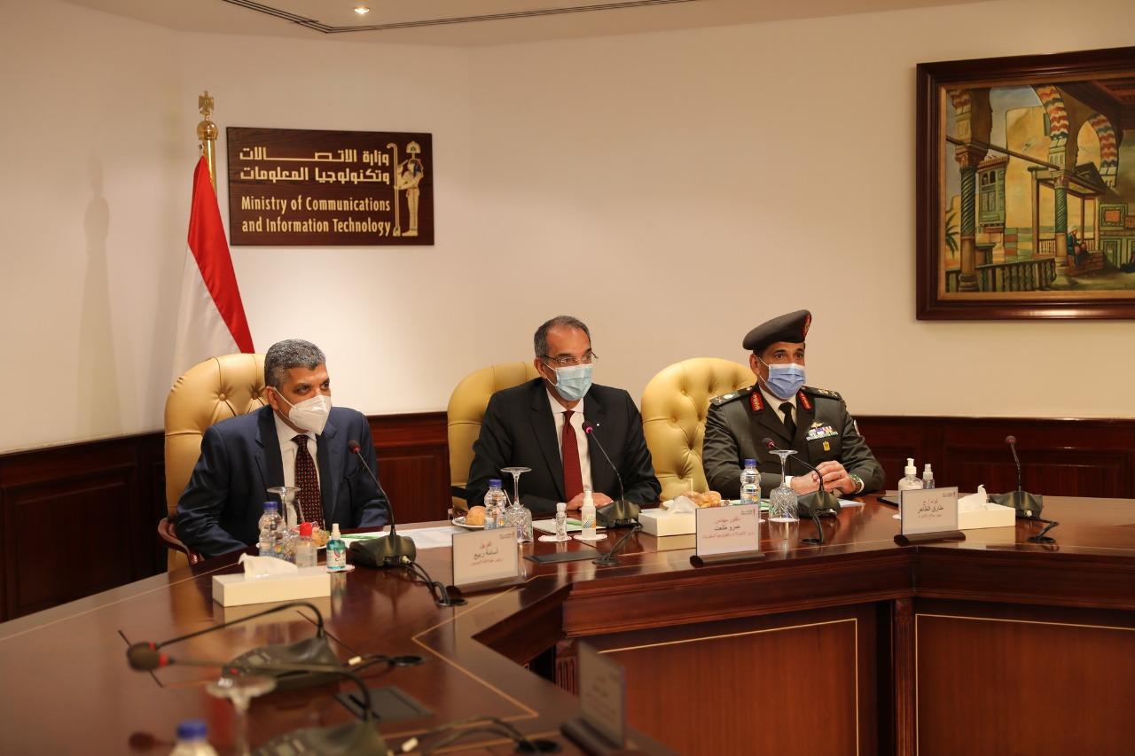 توقيع عقد اتفاق لإنشاء مسار كابلات الألياف بقناة السويس