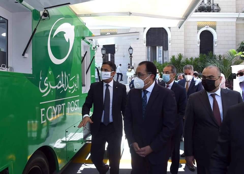 رئيس الوزراء يتفقد إحدى سيارات البريد المتنقلة